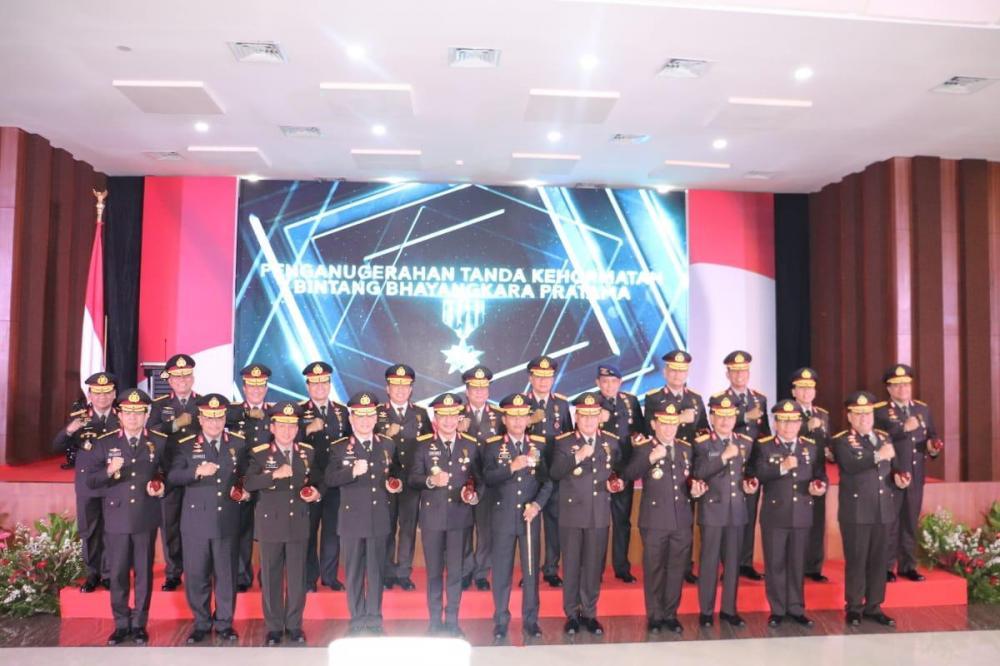 Kapolda Riau Terima Penghargaan Bintang Bhayangkara Pratama dari Presiden