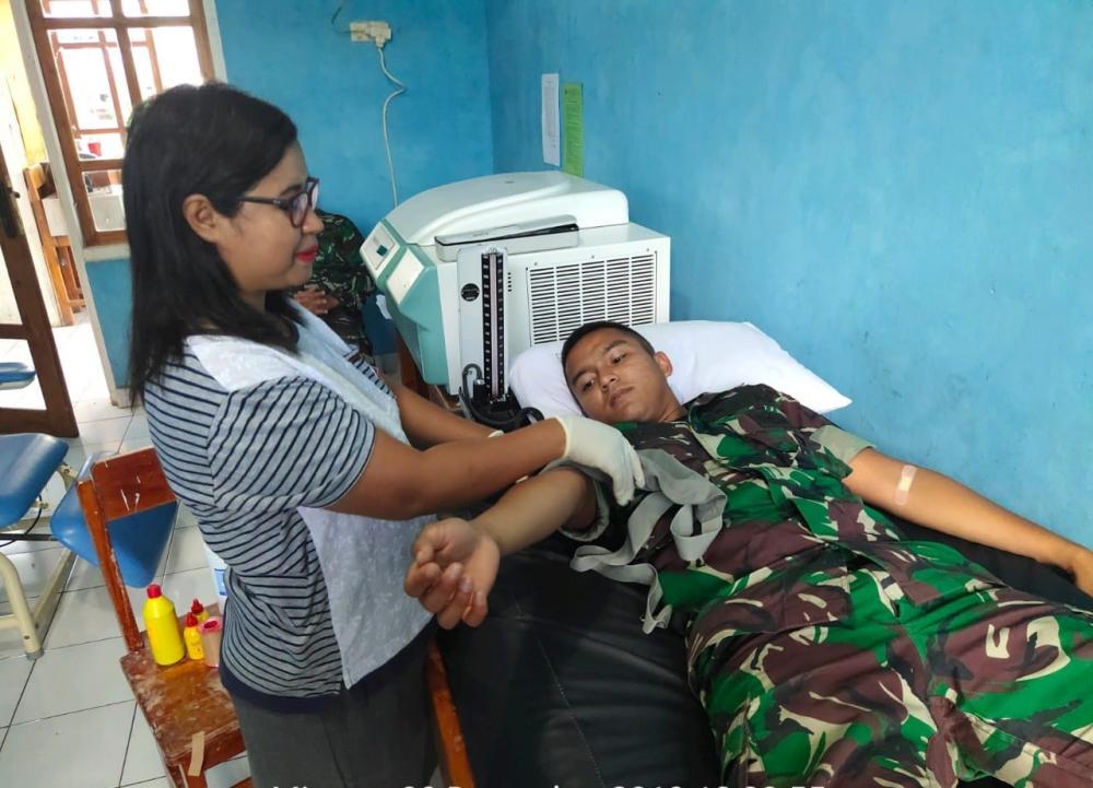 Peduli Kepada Masyarakat, Satgas Pamtas RI-RDTL Yonif 132/BS, Donorkan Darah Kepada Anak Penderita Anemia di Perbatasan .