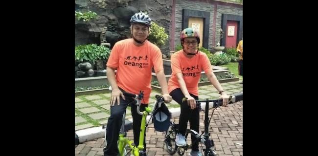 Beredar Foto Sri Mulyani Dengan Suami Pakai Sepeda Lipat Mini Brompton