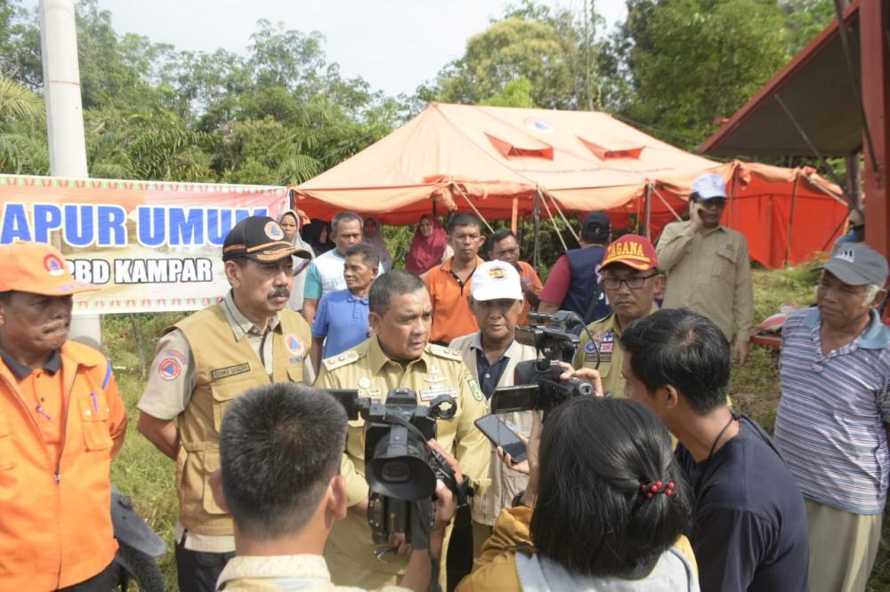 Riau Darurat Banjir, Wakil Gubernur Kunjungi Korban Banjir Gunung  Serahkan Bantuan.