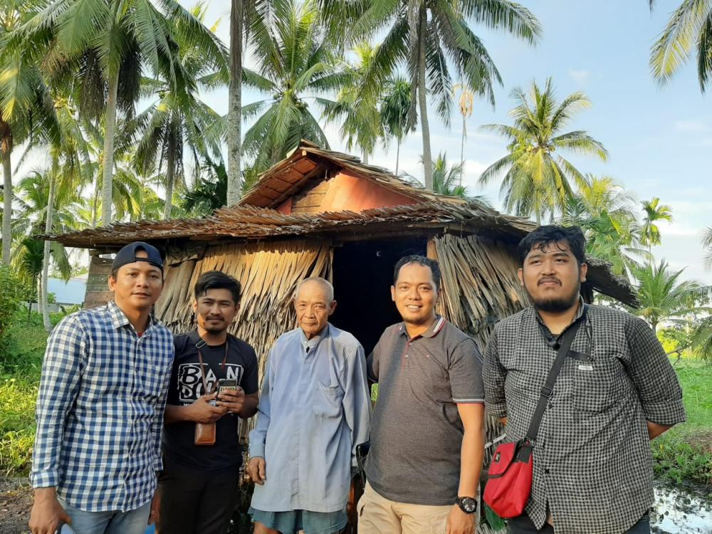 Kisah Pilu Kakek-Nenek Tinggal Di Gubuk Reyot Kadang Makan Kadang Puasa,Di Kunjungi IWO Inhil