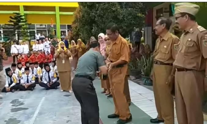 Tonton Video Sang Jendral Jumpa Sama Guru SMA nya,Cium Tangan dan Hormat