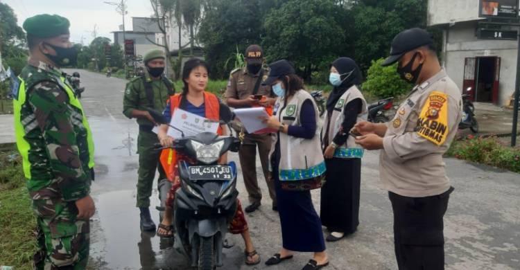Petugas Babinsa Koramil 05/Rupat Gelar Operasi Yustisi Disiplin Prokes di Jalan