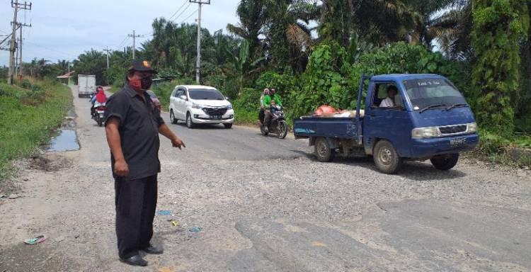 2 Tahun Jalan Bekas Pengerjaaan Box Cuvert  di Ujung Batu belum di Aspal