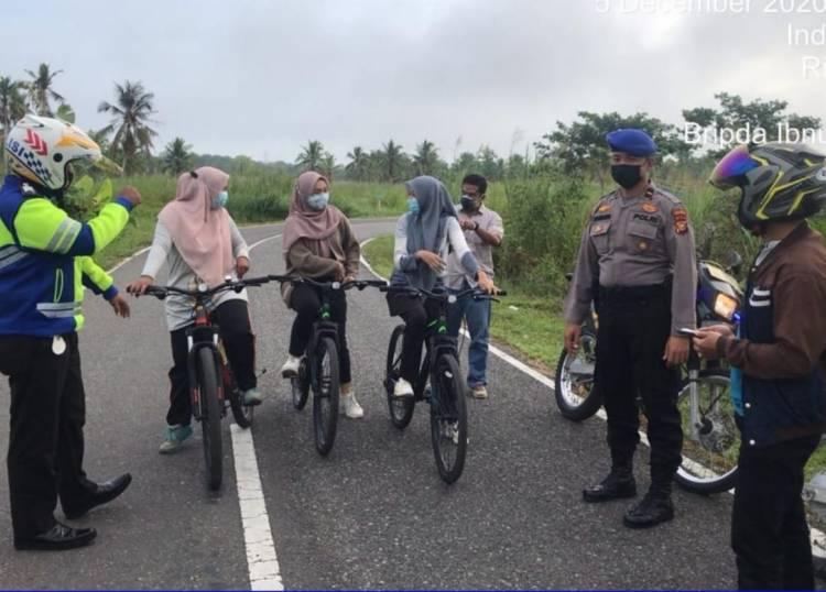 Polres Inhil Menggelar Pengamanan di Sejumlah Jalur Perlintasan Pesepeda di Tembilahan.