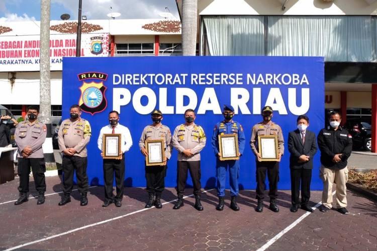 47 Personel Polda Riau Terima Penghargaan atas Prestasi Mengungkap Kasus TP Narkotika
