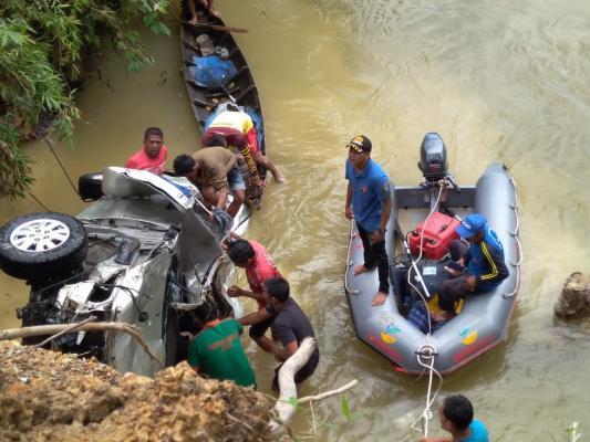 Mobil Kijang Inova Terjun Ke Sungai Kampar, 2 Orang Ditemukan Tewas Terjebak di Dalam Mobil