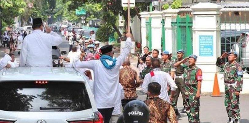 Prajurit Paspampres Memberi Hormat Saat Prabowo Melintas Di Mako Paspampres Untuk Menghadiri Reuni 212