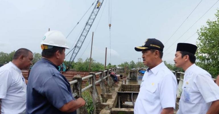 Wakil Bupati Inhil Tinjau Pembangunan Jembatan Penghubung yang Dibangun PT Pulau Sambu Kuala Enok