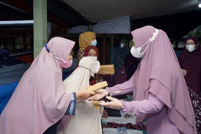 Hj Zulaikha Wardan Ketua GOW(Gabungan Organisasi Wanita)Kabupaten Indragiri Hilir Buka Bersama dan Bagikan Binkisan