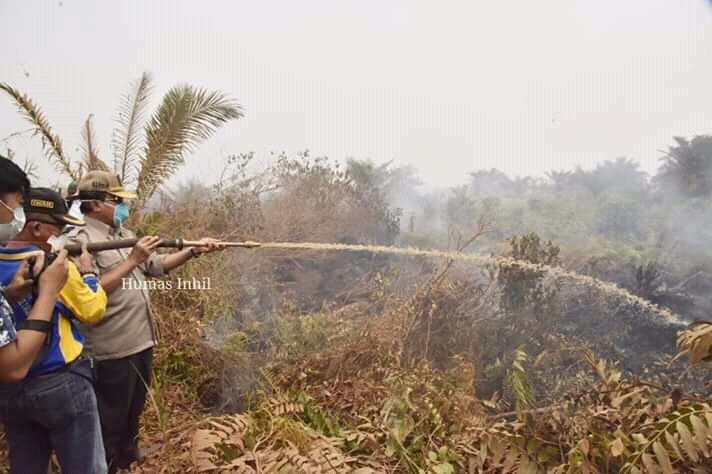 Bupati Inhil Turut Berjibaku Padamkan Api di Tempuling